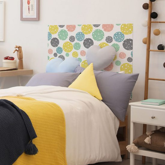 Cabecero de cama de vinilo Infantil Orbes de Color detalle cama