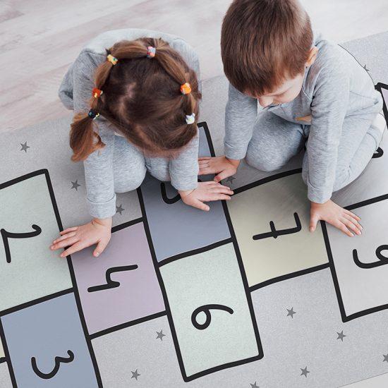 alfombra vinílica infantil Rayuela Lest's Play Outlet detalle niños