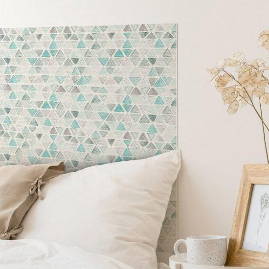 Detalle cabecero de cama de vinilo Triángulos