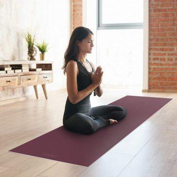 Yoga mat morada clase de yoga