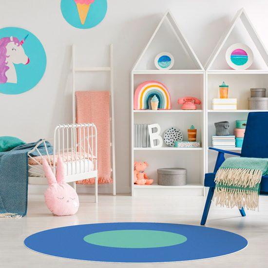 Alfombra vinílica infantil redonda azul y turquesa detalle habitación