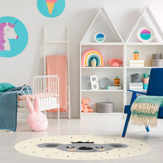 Alfombra vinílica infantil redonda happy Koala detalle habitación