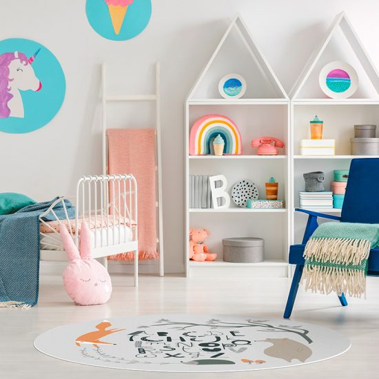 Alfombra vinílica infantil redonda ABC bosque feliz gris detalle habitación