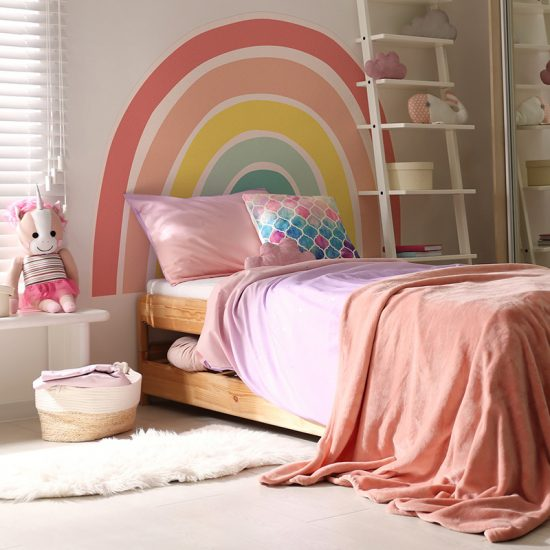Habitación infantil cabecero de cama arcoiris